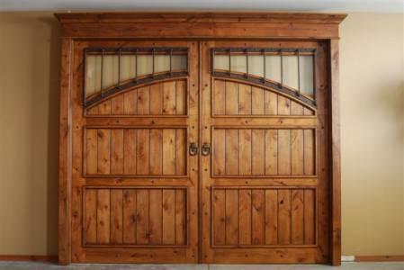 Portones en madera for Modelos de portones de hierro y madera